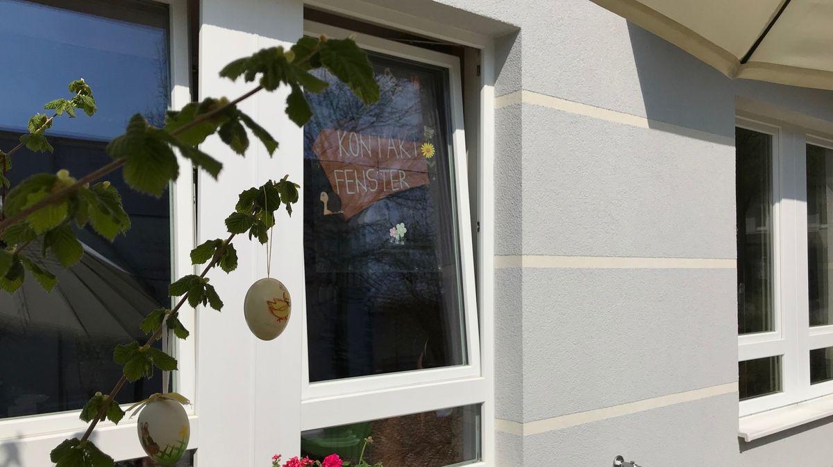 Endlich wieder Kontakt zur Tochter - durch das Kontaktfenster am Senioren-Zentrum St. Mechthild.