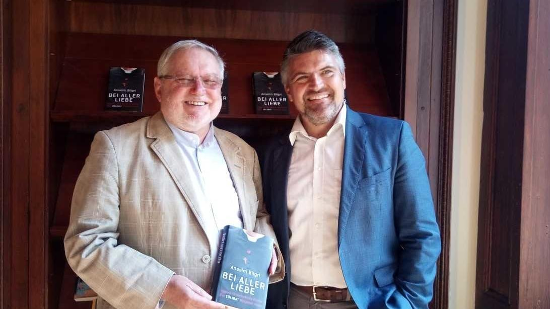 """Anselm Bilgri (links) und Gerd Henghuber bei der Vorstellung des neuen Buches """"Bei aller Liebe"""""""