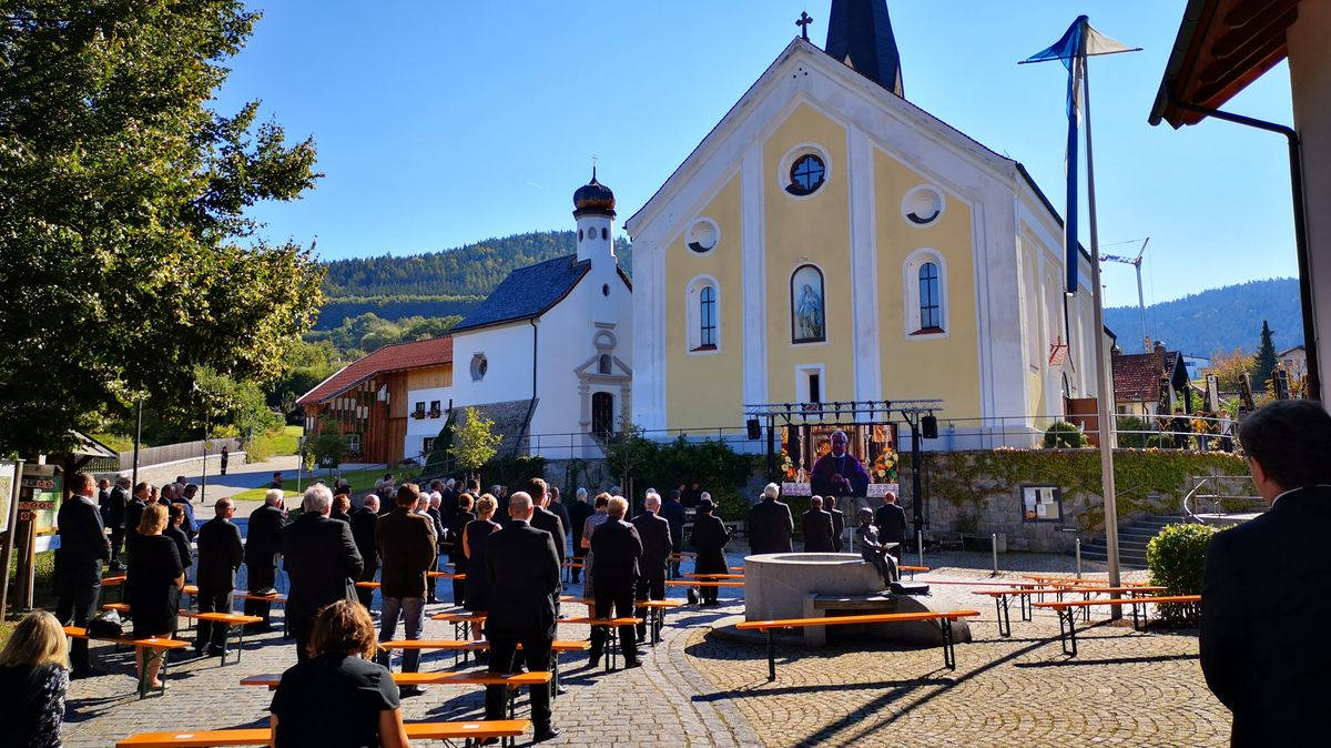 Die Trauerfeier wurde auf eine Videowand vor der Haibacher Pfarrkirche übertragen.