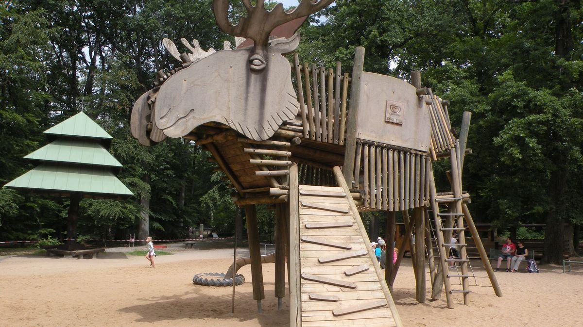 Holzelch zum Klettern für Kinder