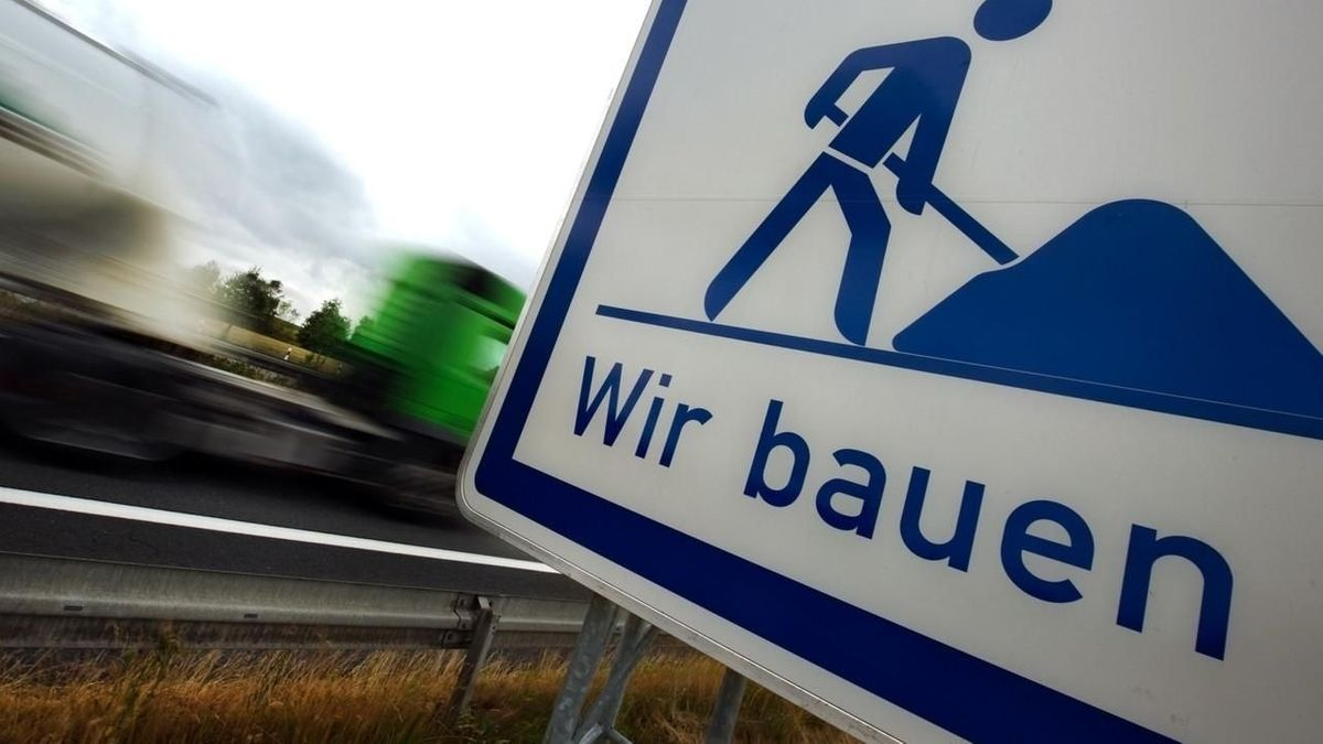 """Schild mit Aufschrift """"Wir bauen"""""""