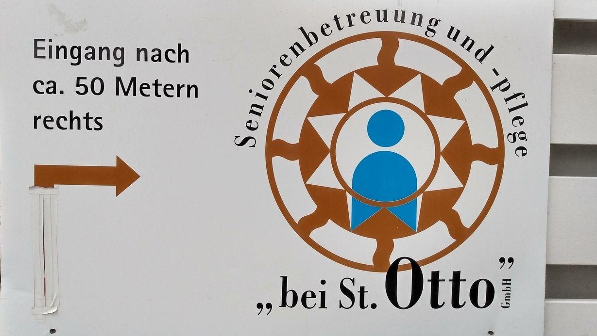 """Hinweisschild mit Emblem am Seniorenheim """"bei St. Otto"""" in Lauf an der Pegnitz"""