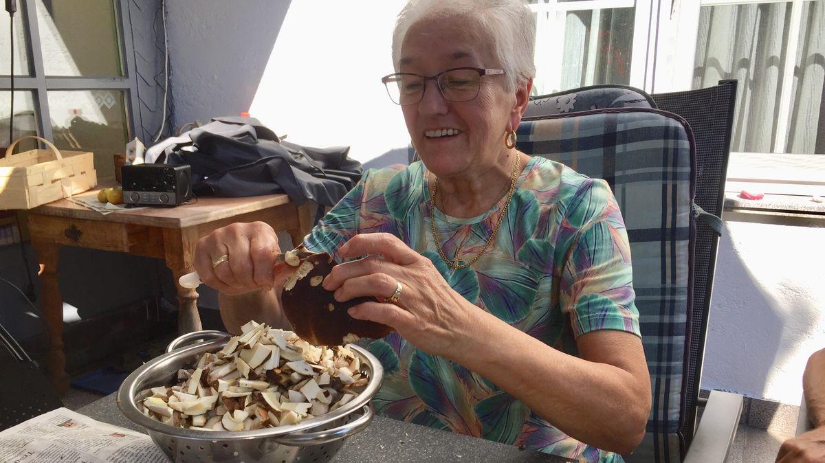 Elisabeth Hoffmann beim Schneiden und Putzen einer reichlichen Schwammerlausbeute
