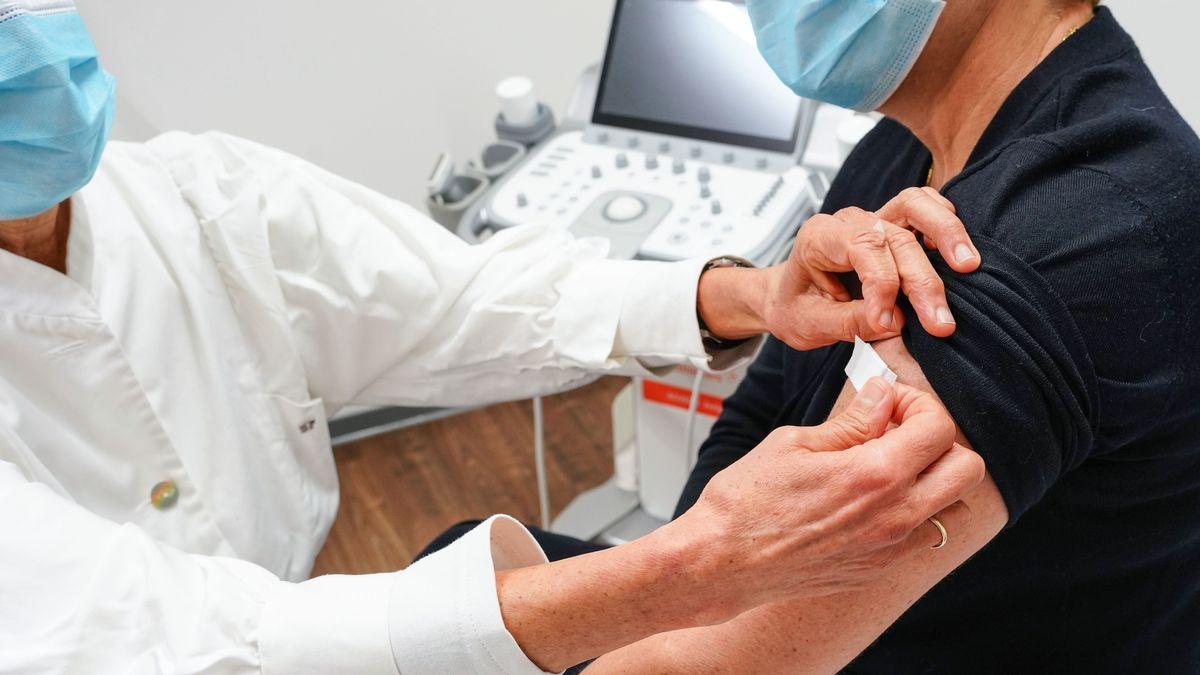 Ein Mann lässt sich in einer Hausarztpraxis impfen.