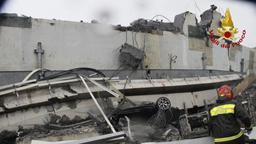 Rettungsarbeiten nach dem Einsturz der Autobahnbrücke bei Genua | Bild:pa/dpa