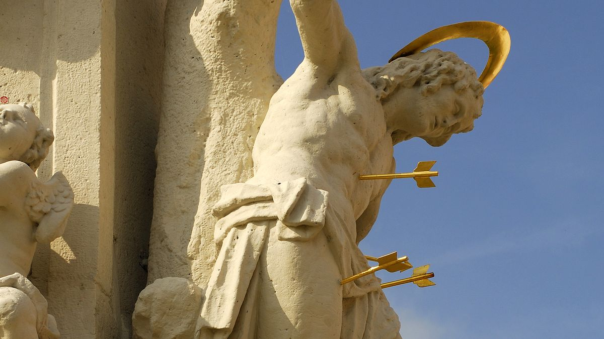 Heiliger Sebastian mit Pfeilen durchbohrt auf der Pestsäule in Wallerstein bei Nördlingen