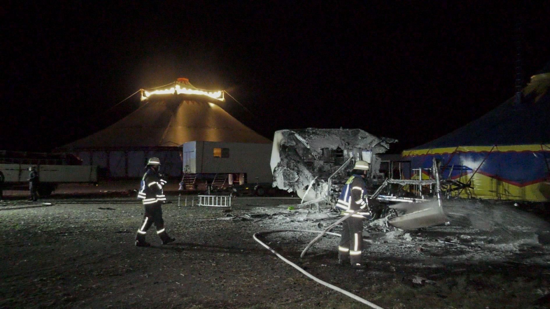 Ausgebrannter Wohnwagen neben einem Zirkuszelt
