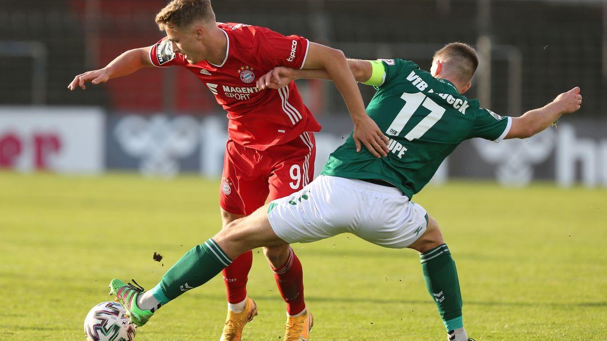 Fiete Arp (FC Bayern Muenchen II) im Zweikampf gegen Tommy Grupe (VfB Luebeck)
