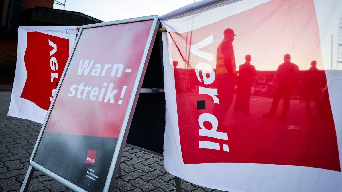 Verdi-Aufsteller mit Verdi-Flaggen