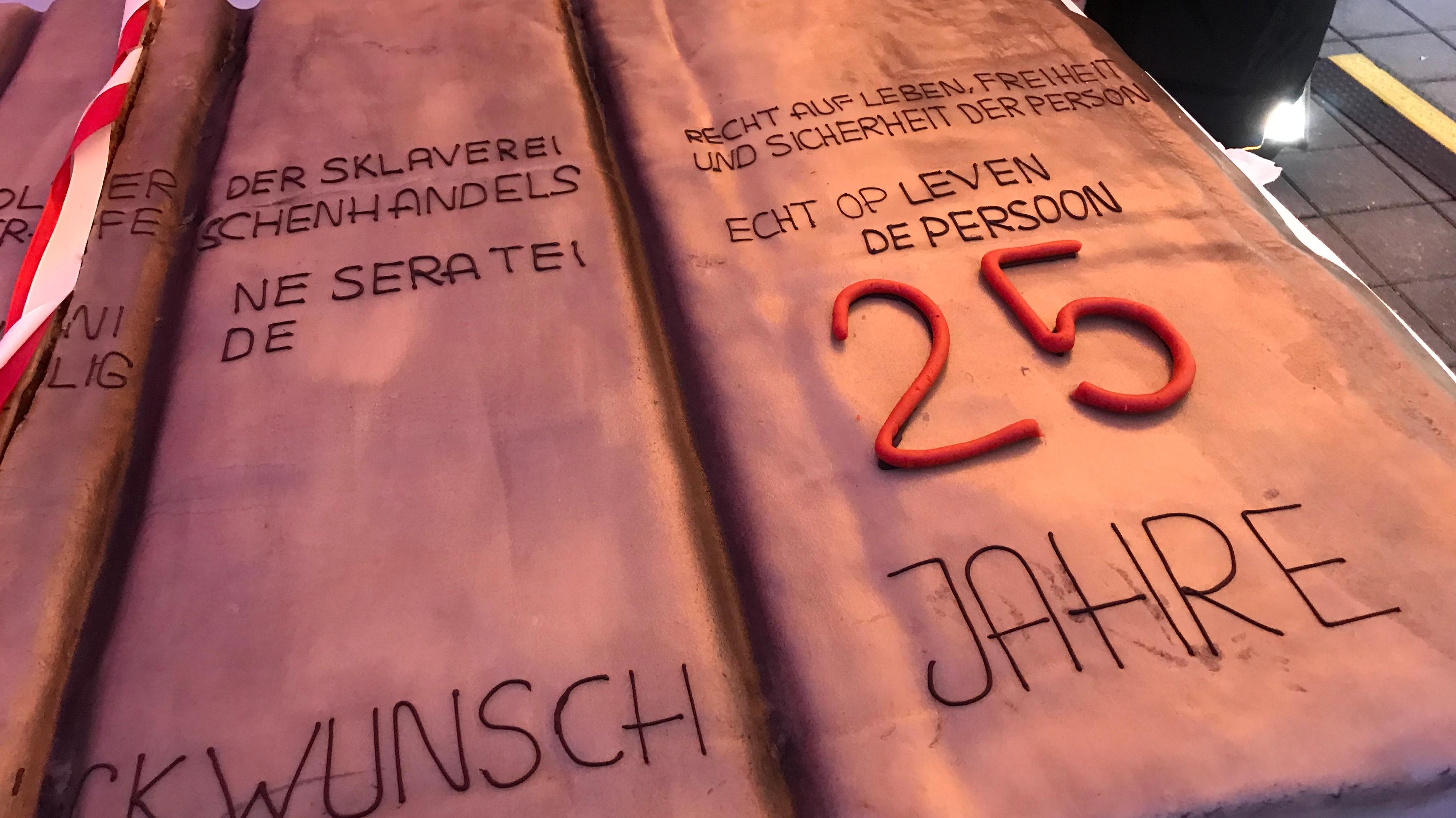 Geburtstagskuchen in Form der Säulen der Straße der Menschenrechte