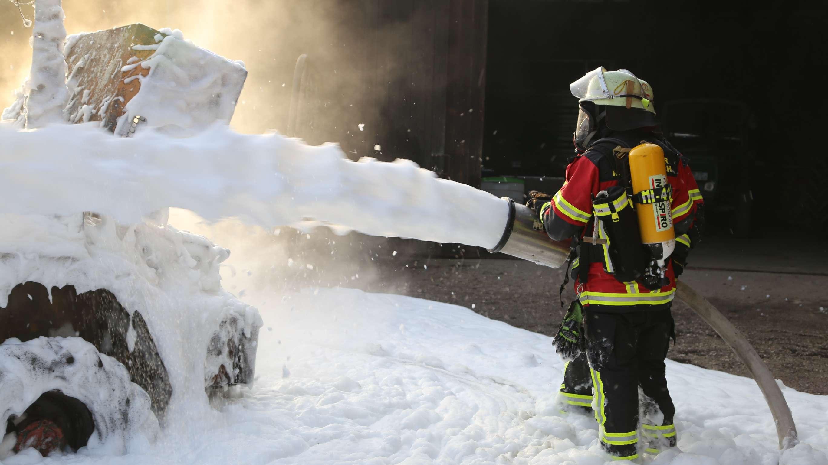 Die Feuerwehren Mitterteich und Pechofen waren mit insgesamt 30 Mann im Einsatz und löschten den Brand.