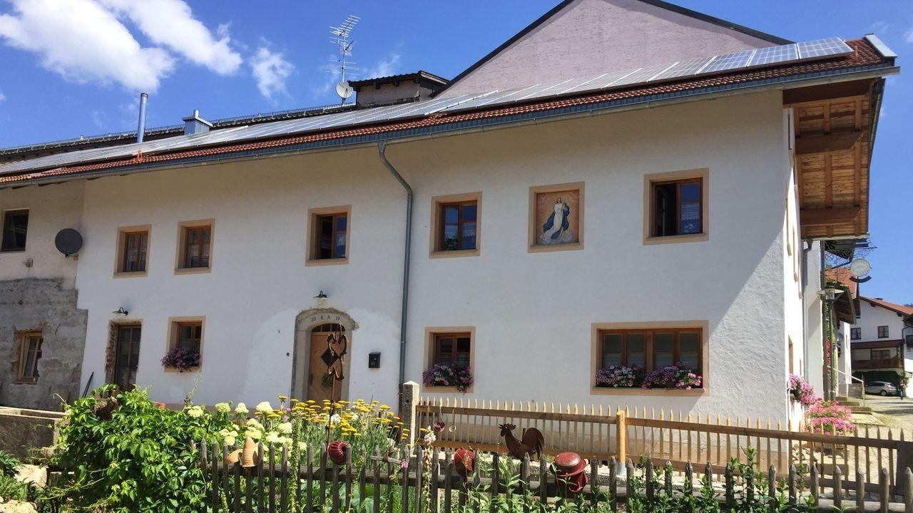Das Haus, das die Aschenbrenners auf dem Bauernhof-Anwesen von Stephanies Eltern in Arnbruck am Dorfplatz (Bayerischer Wald) renoviert haben