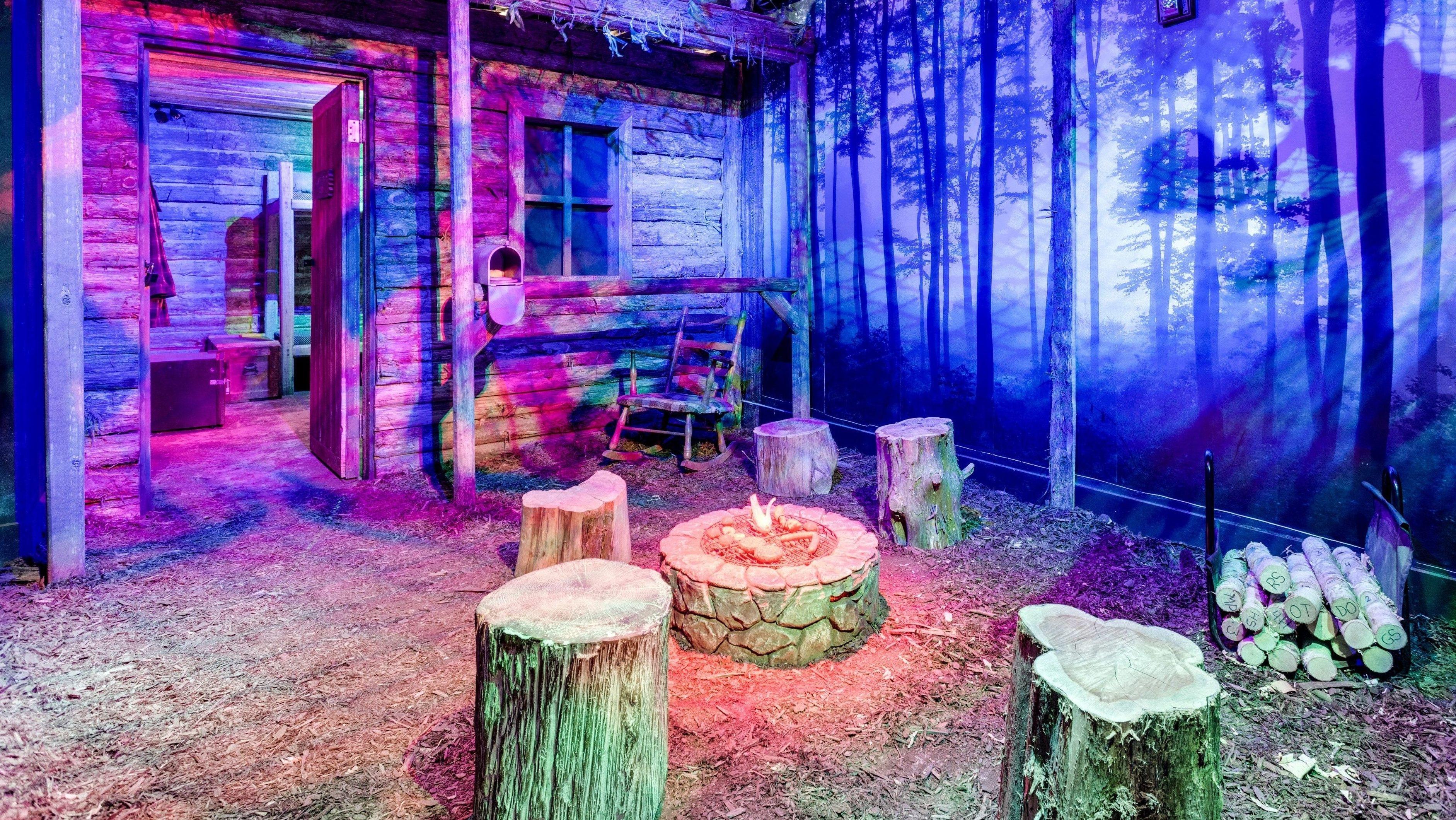 Ein Escape-Room, der als Waldhütte inszeniert ist (Symbolbild).