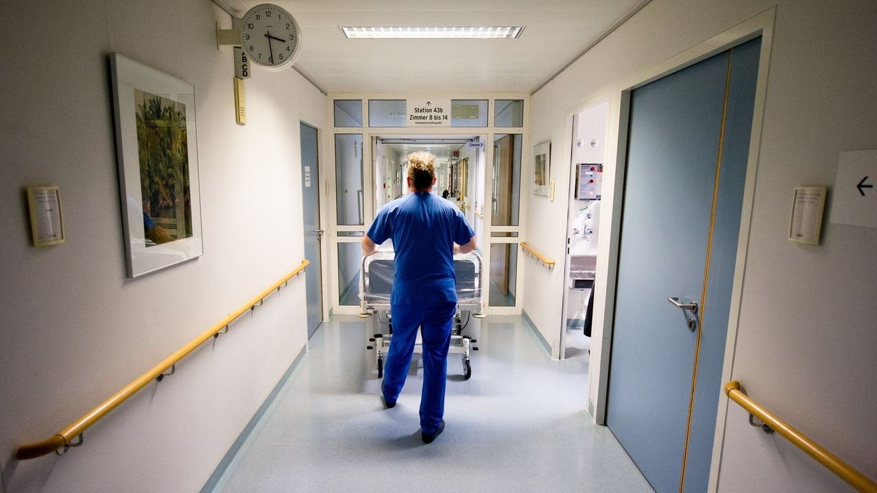 Krankenpfleger schiebt Bett (Symbolbild)