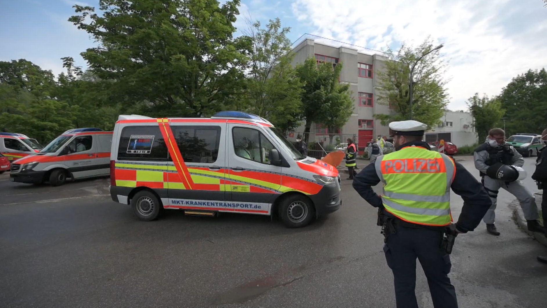 Polizeibeamte sichern die Verlegung der Asylbewerber.
