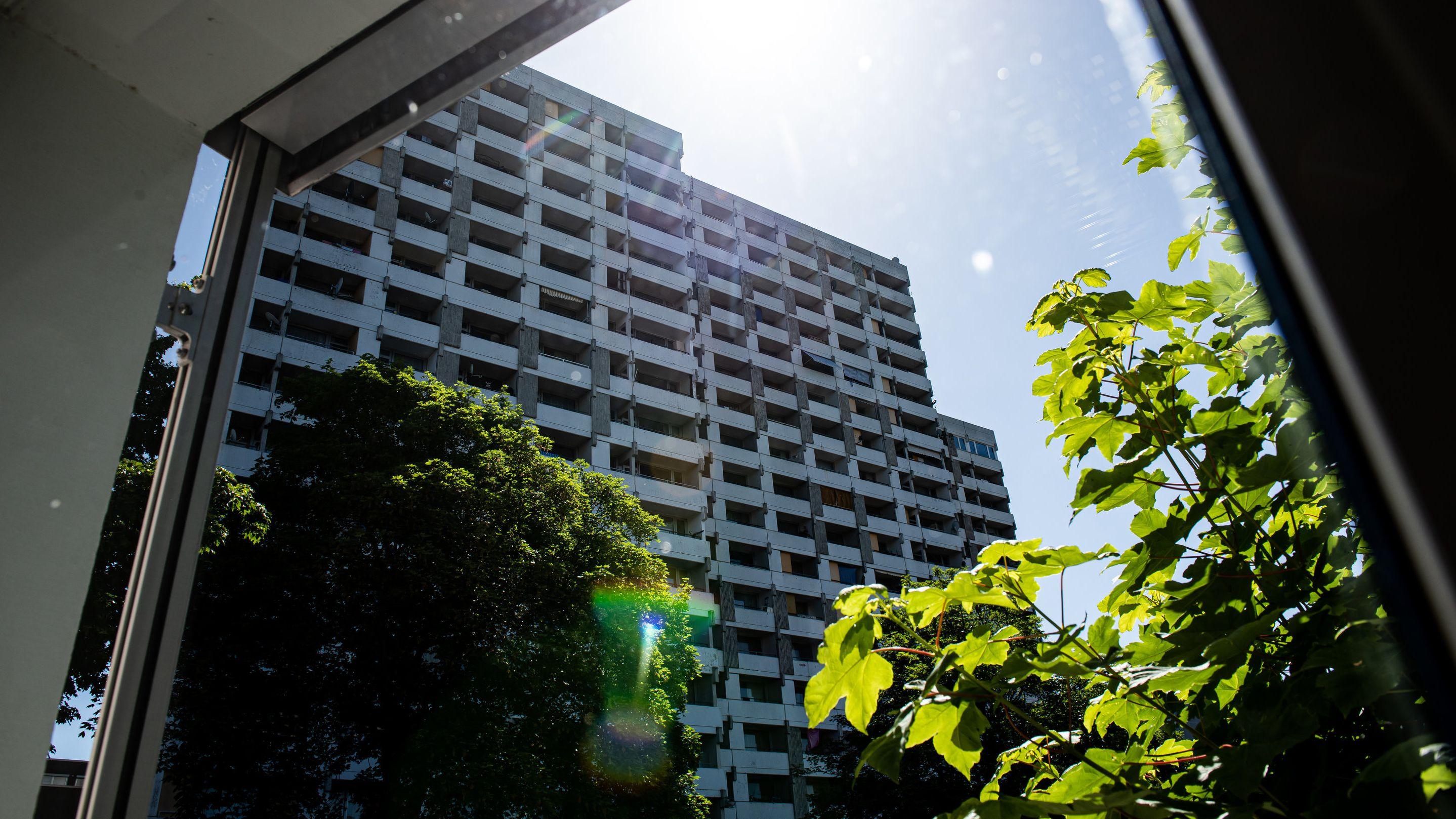 Bei mehreren größeren privaten Feiern haben sich in Göttingen mehrere Menschen mit dem neuartigen Coronavirus infiziert. In dem Komplex wohnten rund 60 Kontaktpersonen.