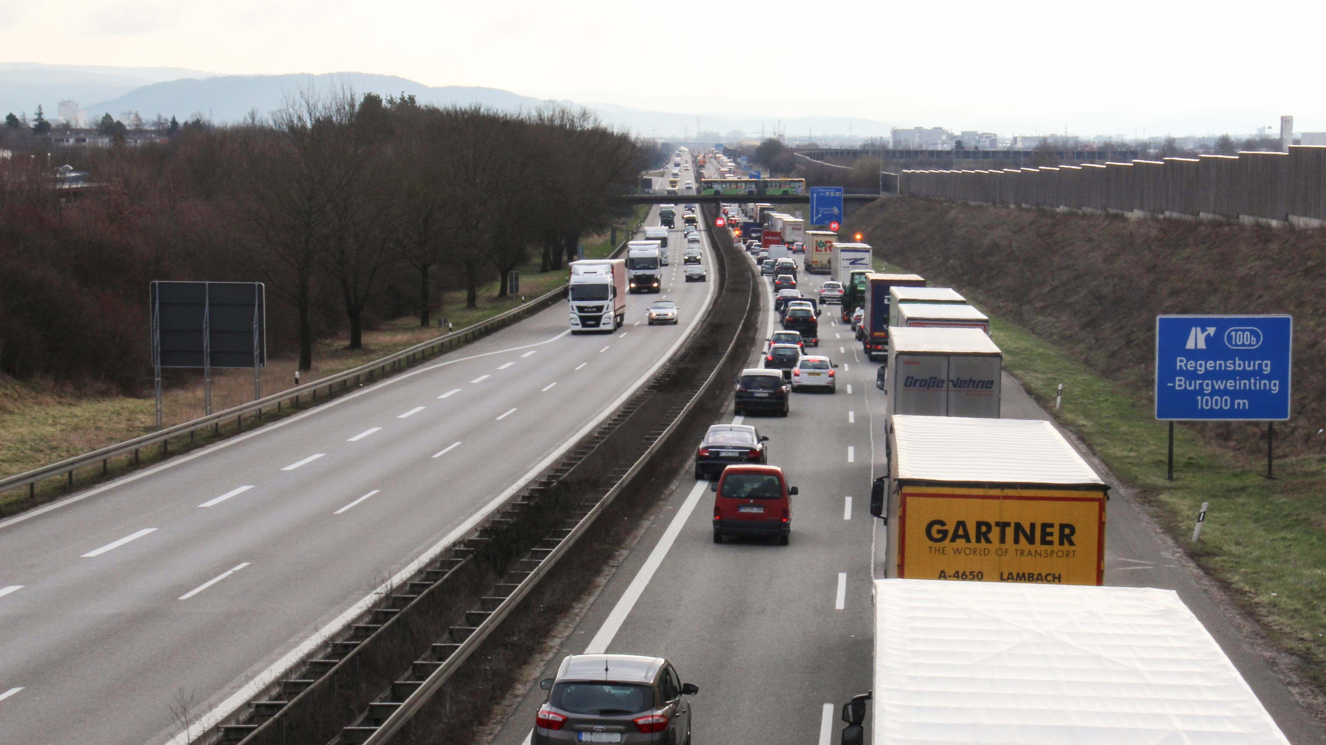 Eine mehr oder weniger gelungene Rettungsgasse auf der Autobahn A3 bei Regensburg.