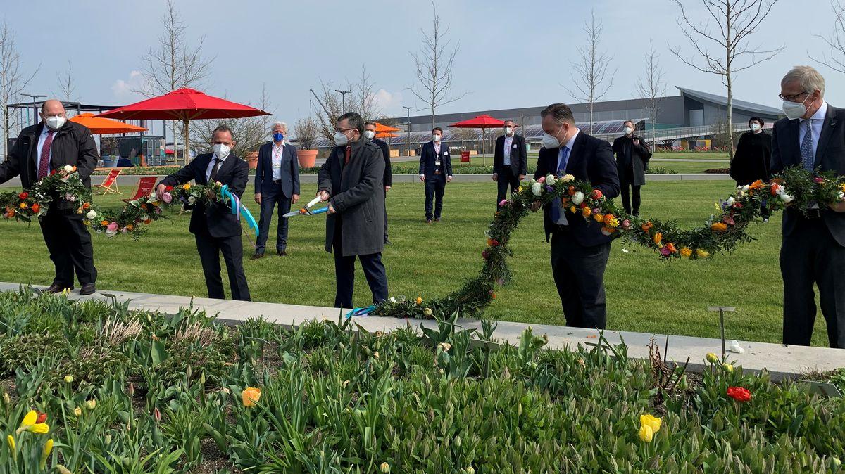 Staatsminister Florian Herrmann durchschneidet die Blumengirlande.