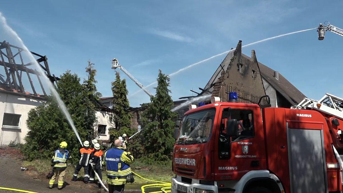 Feuerwehr bei einer abgebrannten Scheune