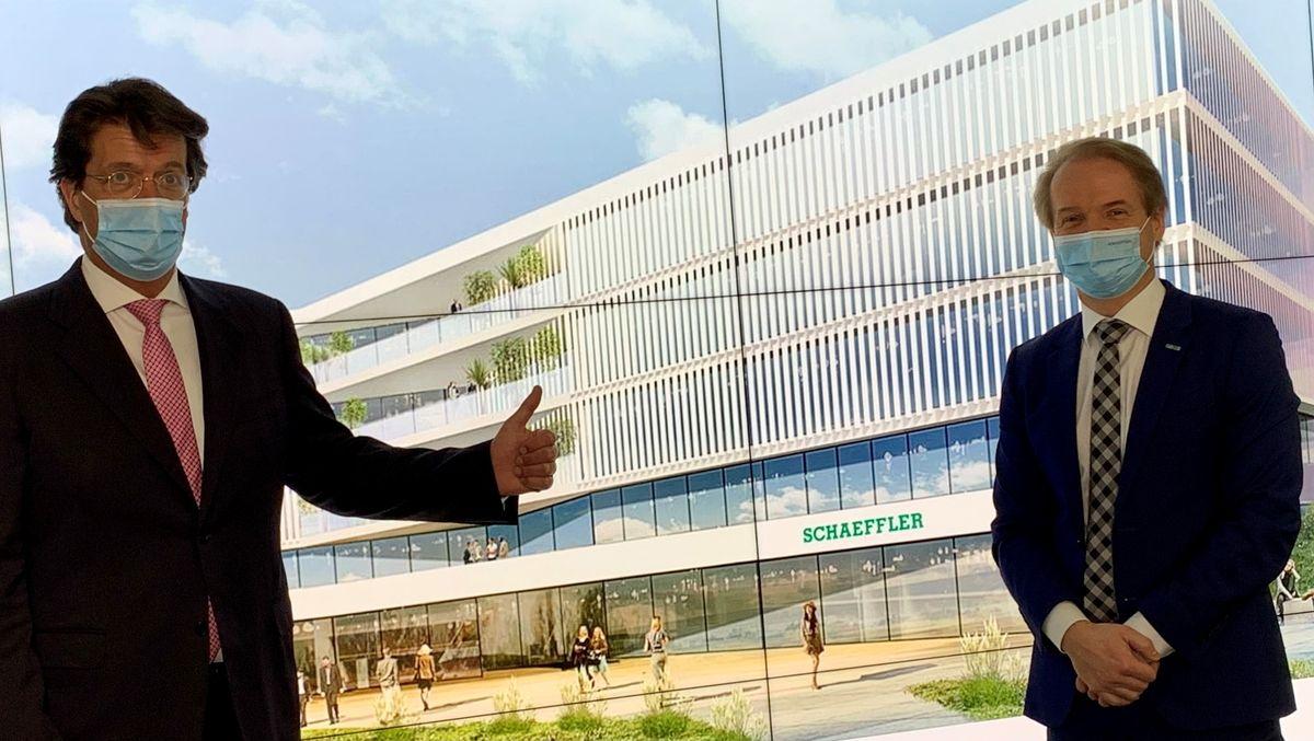 Vorstandsvorsitzender Klaus Rosenfeld und Vorstand der Produktion Andreas Schick vor der Visualisierung des neuen Schaeffler-Zentrallabors.