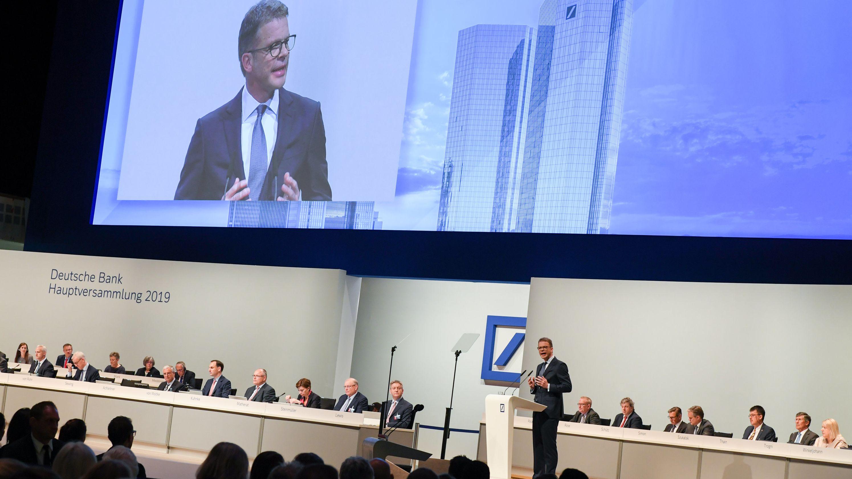 Christian Sewing, Vorstandsvorsitzender der Deutschen Bank, spricht während der Hauptversammlung der Deutschen Bank in der Frankfurter Festhalle.