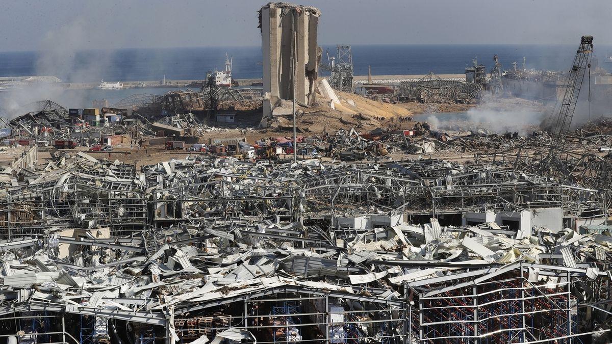Rauchende Trümmerteile und ein zerstörtes Gebäude am Hafen von Beirut