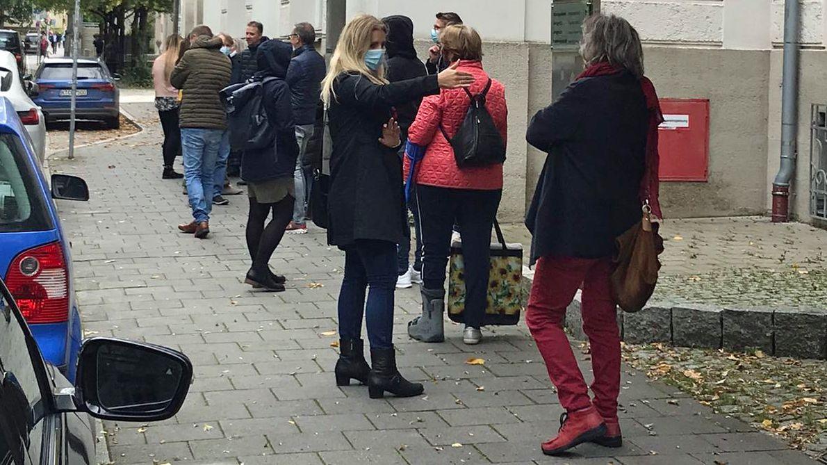 Bereits Stunden vor Verhandlungsbeginn hatte sich eine lange Schlange von Neugierigen vor dem Regensburger Landgericht gebildet.