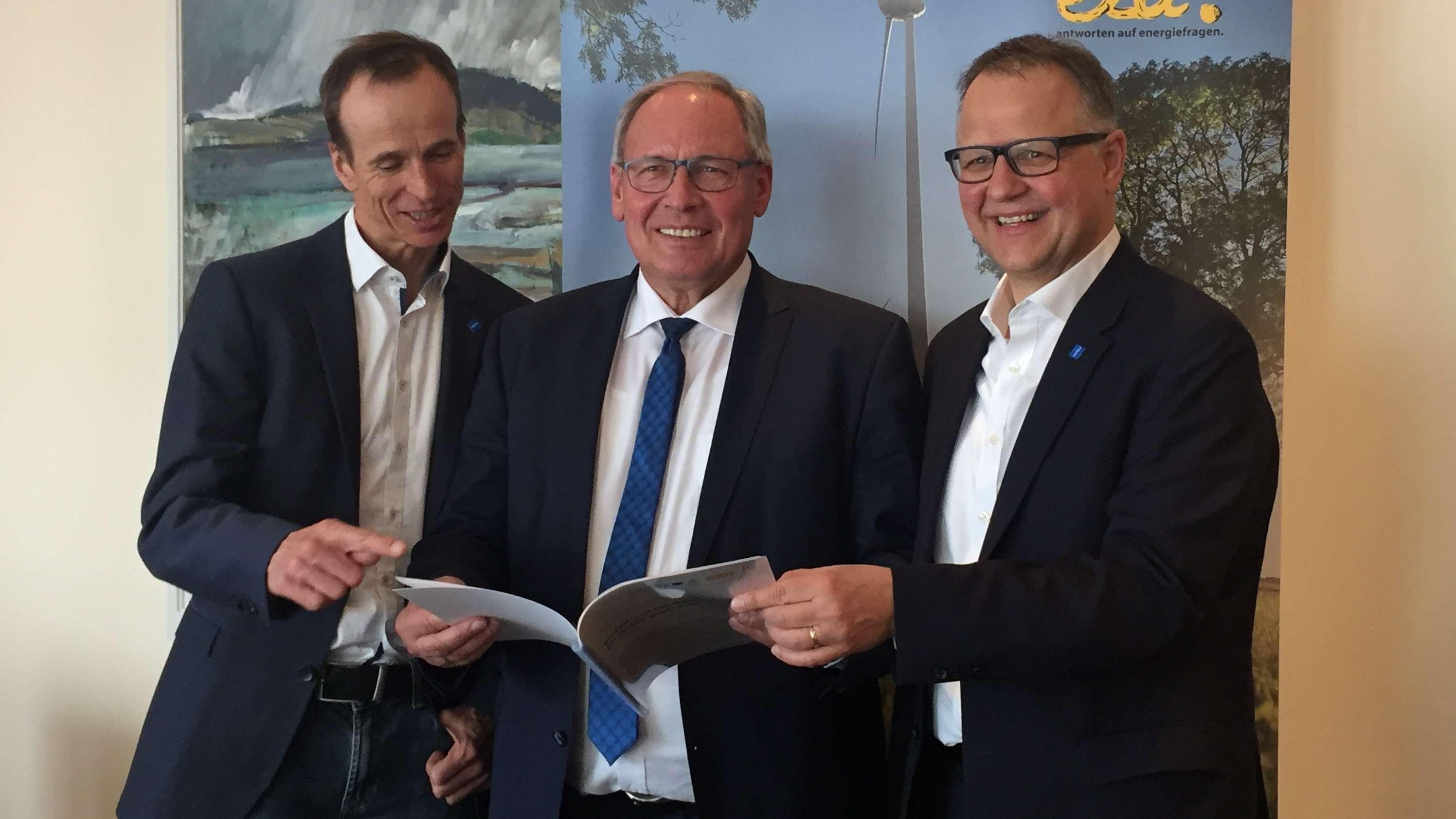 Martin Sambale vom Energie- und Umweltzentrum Allgäu, der Oberallgäuer Landrat Anton Klotz und Klaus Fischer von der Allgäu GmbH