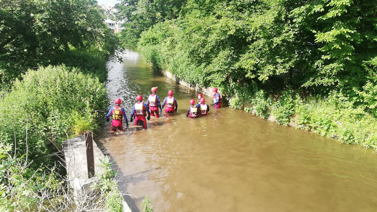 Bei einem Fehlalarm am Montag in Großaitingen im Landkreis Augsburg war ein Großaufgebot der Wasserwacht im Einsatz.