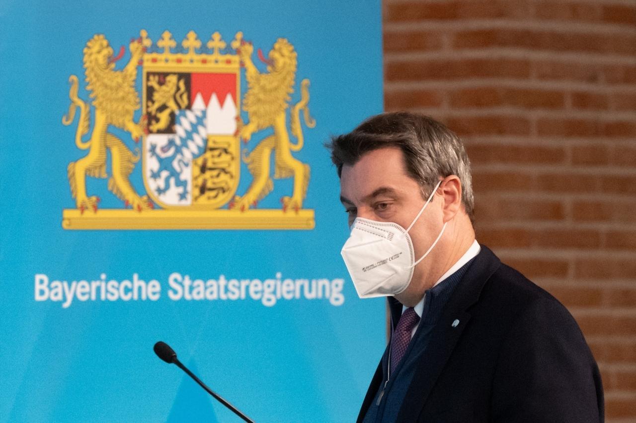 06.01.2021, Bayern, München: Markus Söder, Parteivorsitzender der CSU und Ministerpräsident von Bayern, kommt mit Mund-Nasen-Maske zur Pressekonferenz. Das Kabinett hat den seit Mitte Dezember bestehenden Corona-Lockdown in Bayern bis Ende Januar verlängert und verschärft. So wurden auch die Faschingsferien abgesagt. Foto: Matthias Balk/dpa +++ dpa-Bildfunk +++