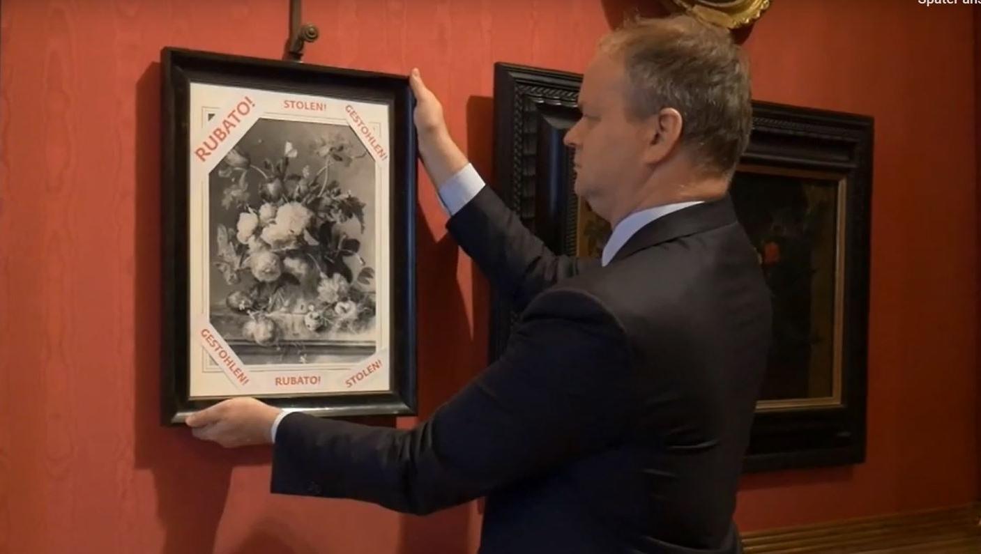 """Schwarz-weiß Kopie des gestohlenen Bildes """"Blumenvase"""" wird aufgehängt"""
