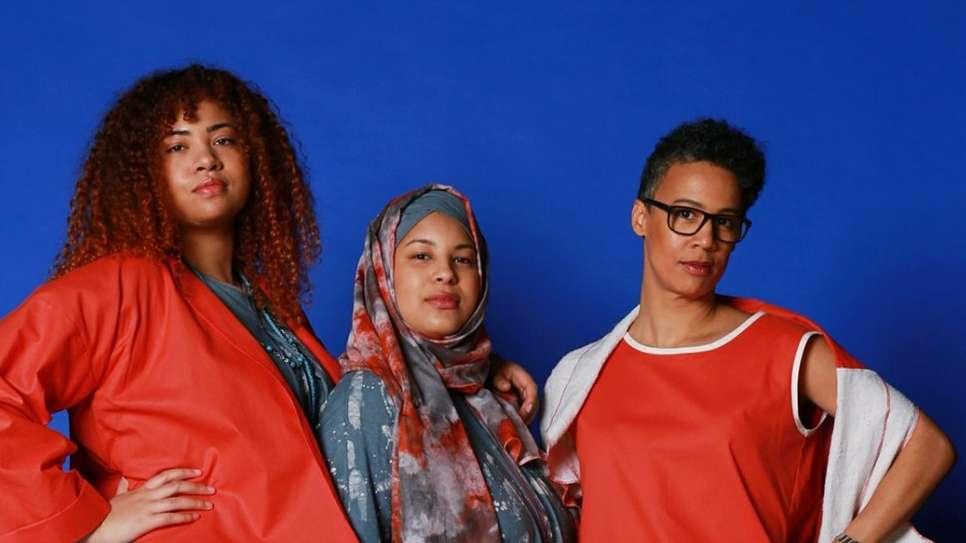 Drei Frauen in muslimischer Mode, eine trägt Kopftuch