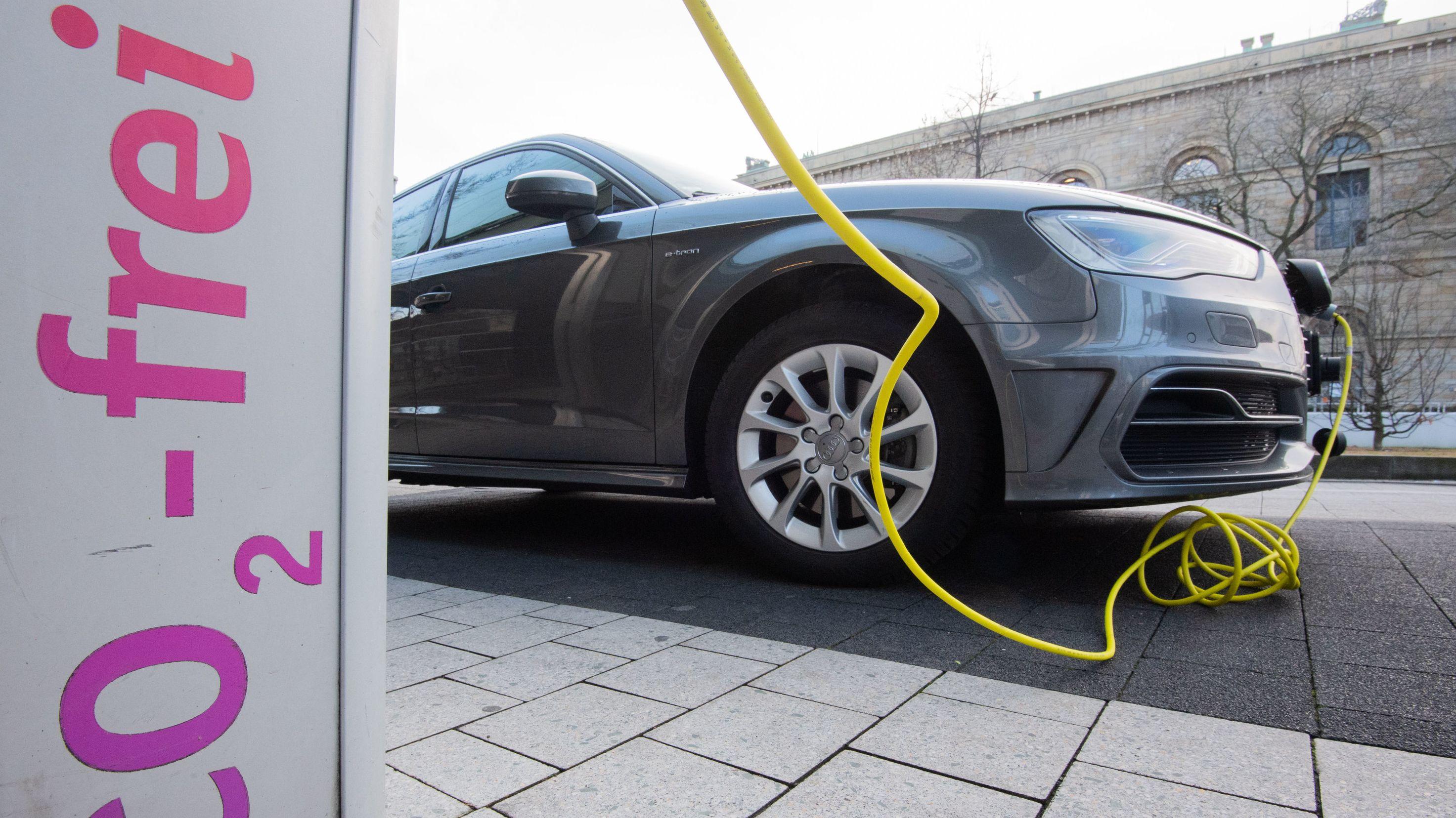 Elektroladesäule mit Fahrzeug