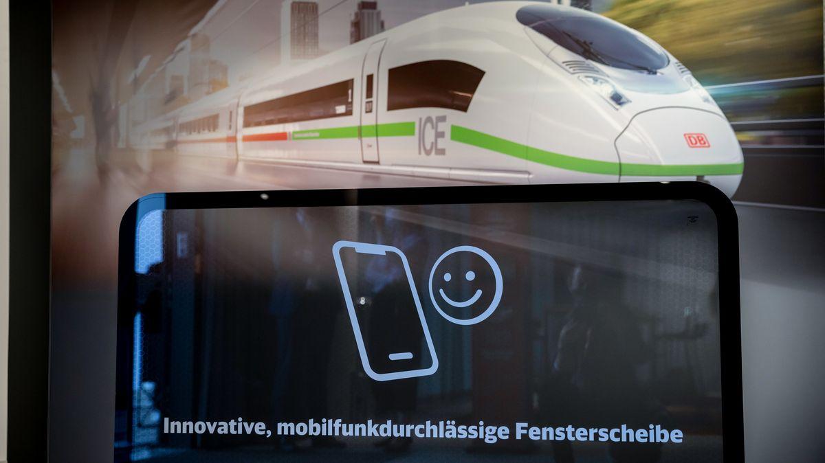 Eine mobilfunkdurchlässige Fensterscheibe wird bei einer Online-Pressekonferenz zu Milliardeninvestitionen in die ICE-Flotte ausgestellt.