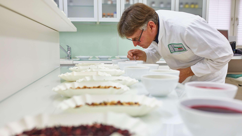Im Sensorik-Labor von Kräuter Mix testet ein Mitarbeiter die neuen Lieferungen.