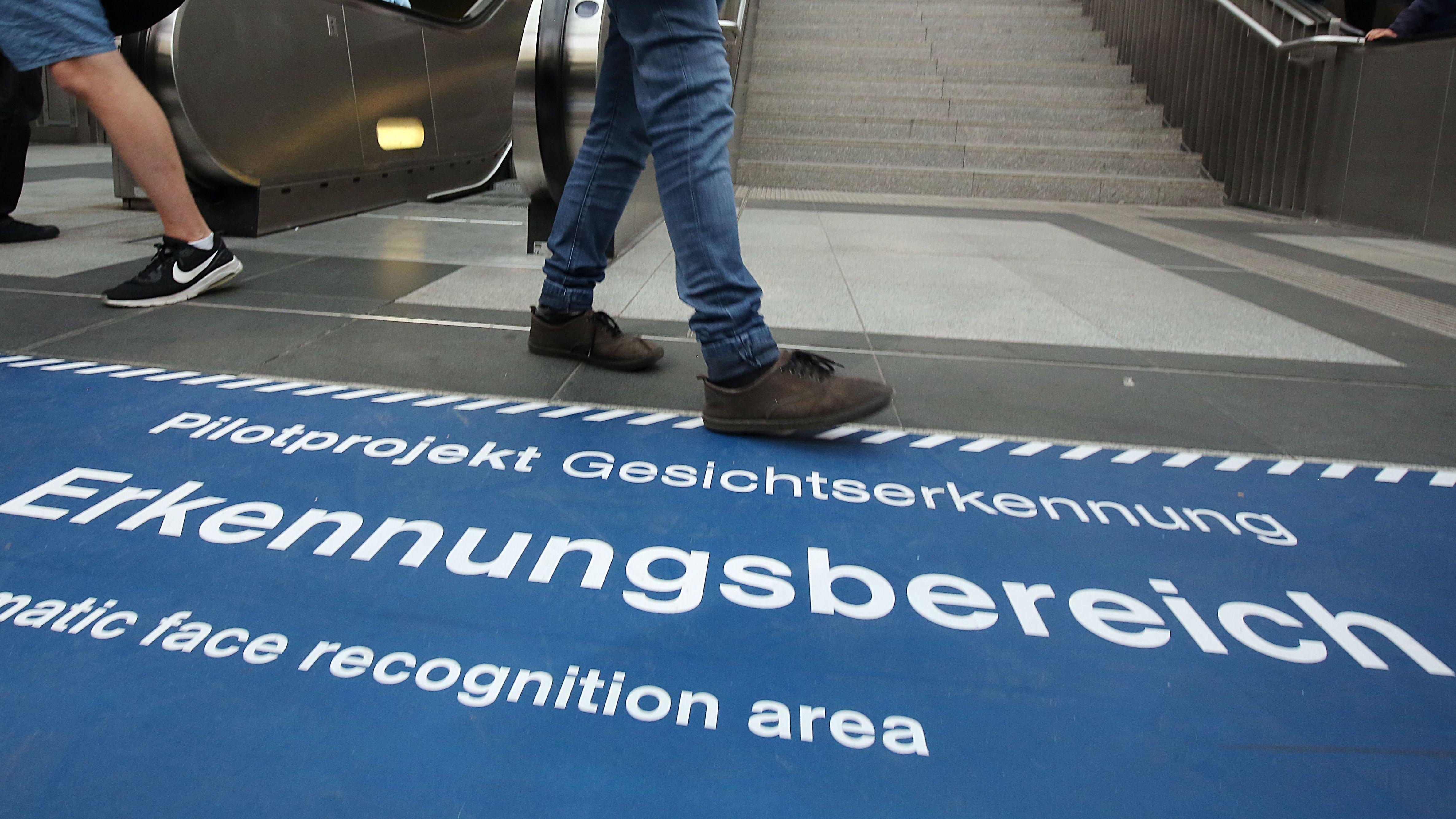 """Hinweis auf das """"Pilotprojekt zur Gesichtserkennung"""" am Berliner Südkreuz"""