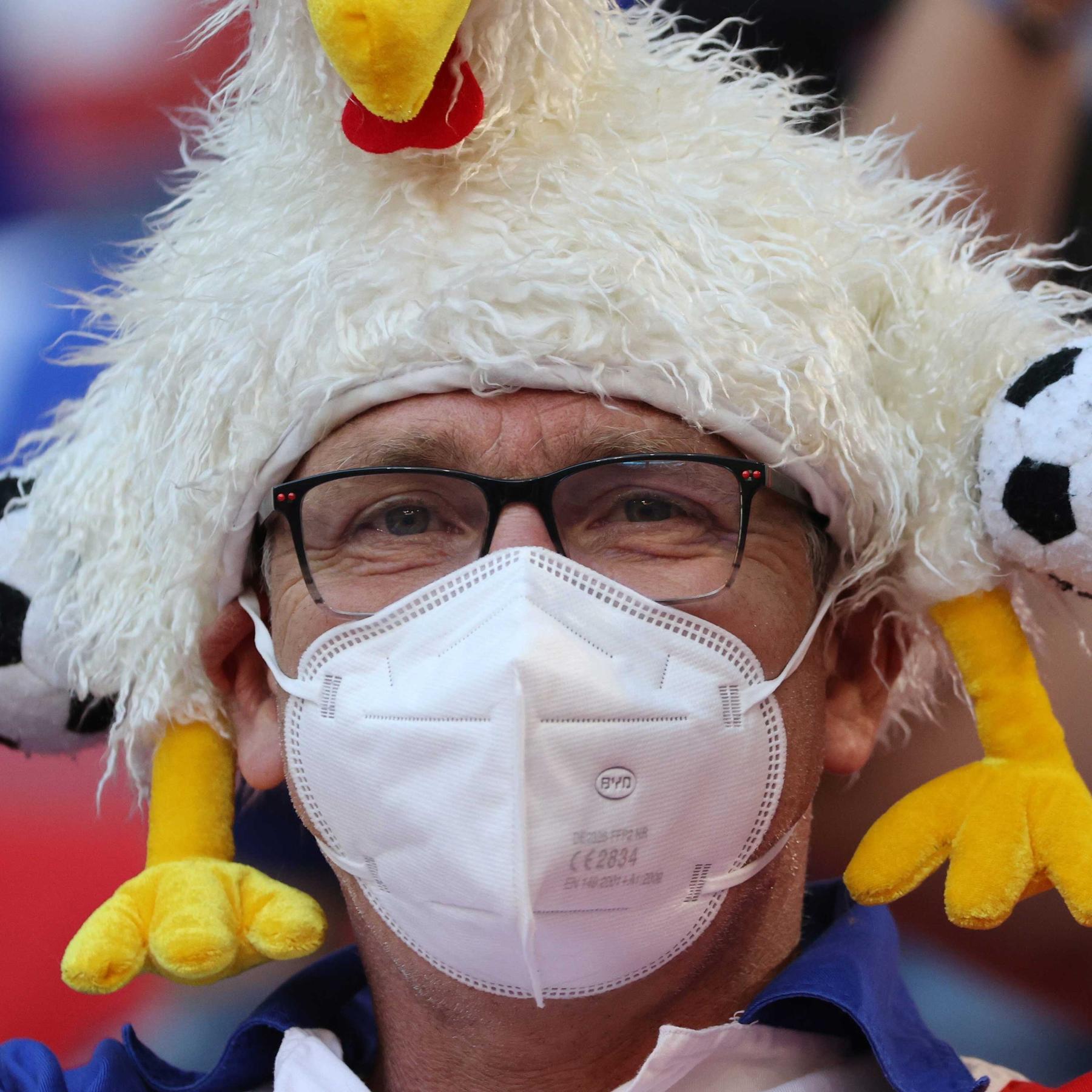 Mit Mundschutz ins Stadion - Fußball schauen ohne Maske erhöht Infektionszahlen