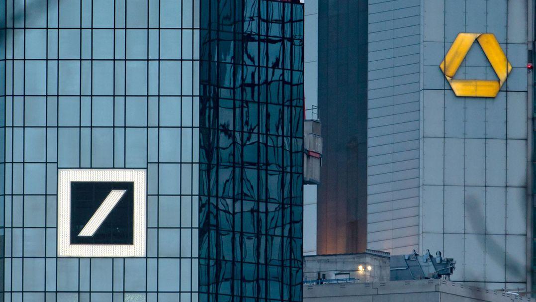 Die Zentralen von Deutscher Bank (l) und Commerzbank in Frankfurt