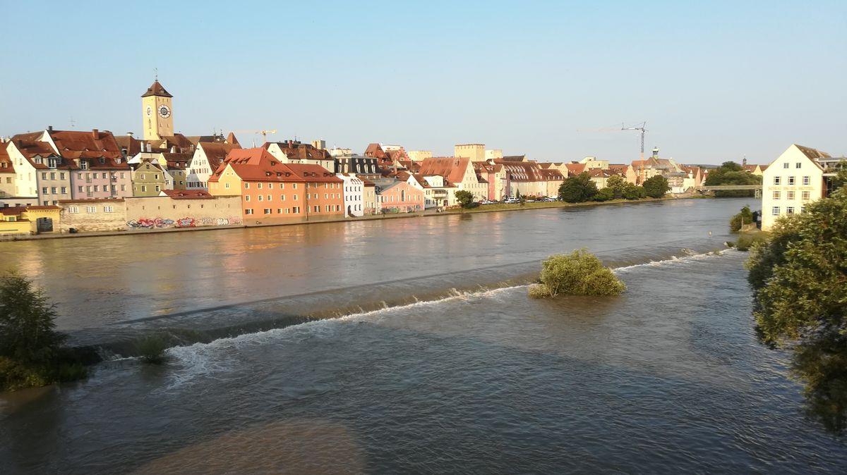 Die Donau ist in Regensburg nur leicht über die Ufer getreten.