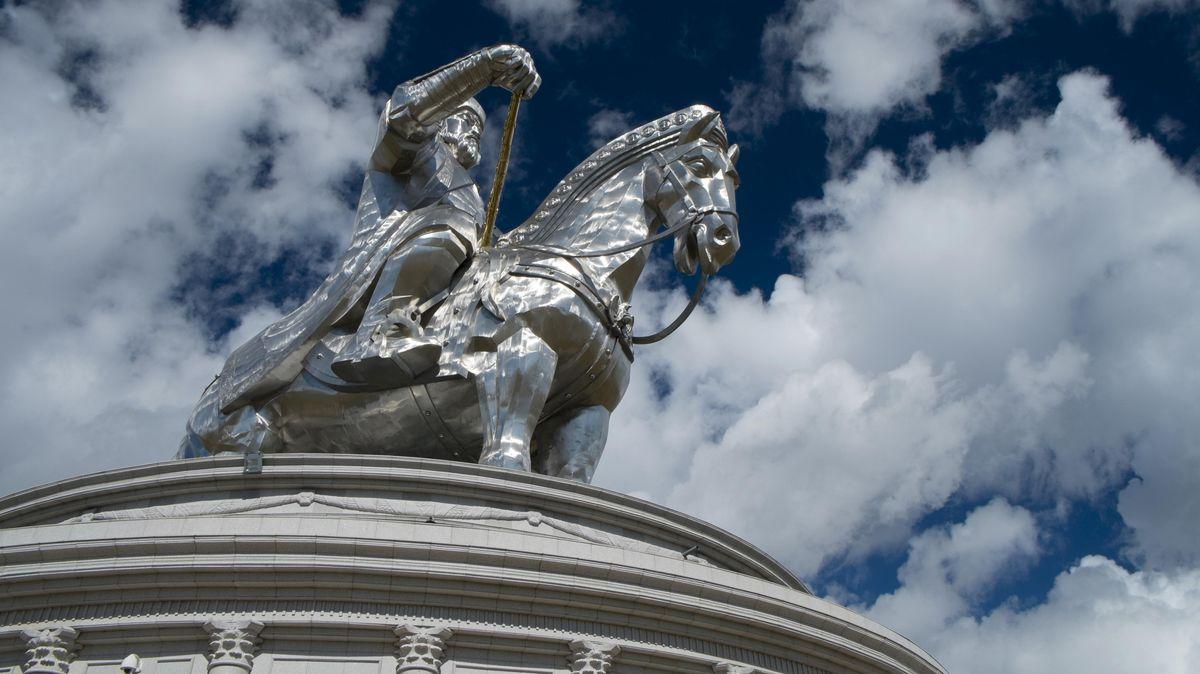 Ansicht des monumentalen Denkmals aus der Froschperspektive