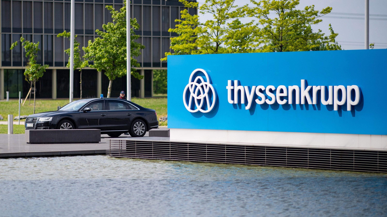 Der Dienstwagen von Nordrhein-Westfalens Ministerpräsidenten Laschet vor der Thyssenkrupp-Konzernzentrale