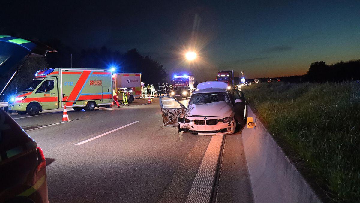 Rettungswagen und Feuerwehrfahrzeuge an einer Unfallstelle auf der A8 bei Leipheim im Landkreis Günzburg.