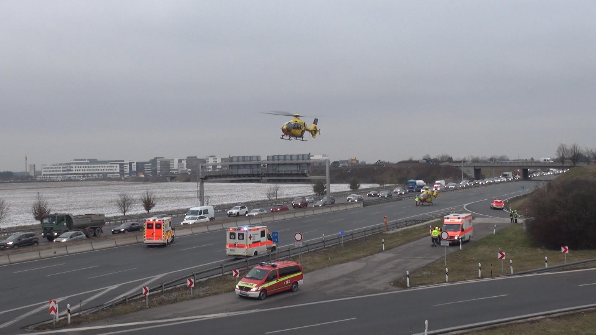 Drei Rettungshubschrauber landeten auf der A9 bei Garching
