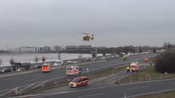 Drei Rettungshubschrauber landeten auf der A9 bei Garching | Bild:BR