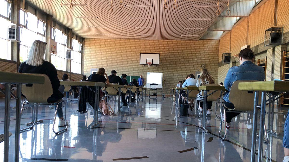 Abiturprüfungen in der Turnhalle des Friedrich-Dessauer-Gymnasiums