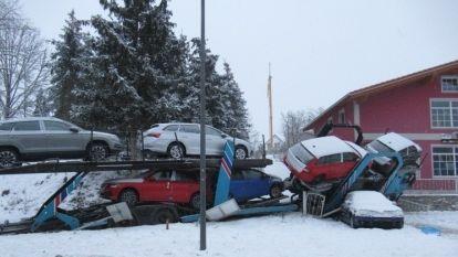 Ein Autotransporter ist in Schorndorf auf schneeglatter Fahrbahn umgekippt.