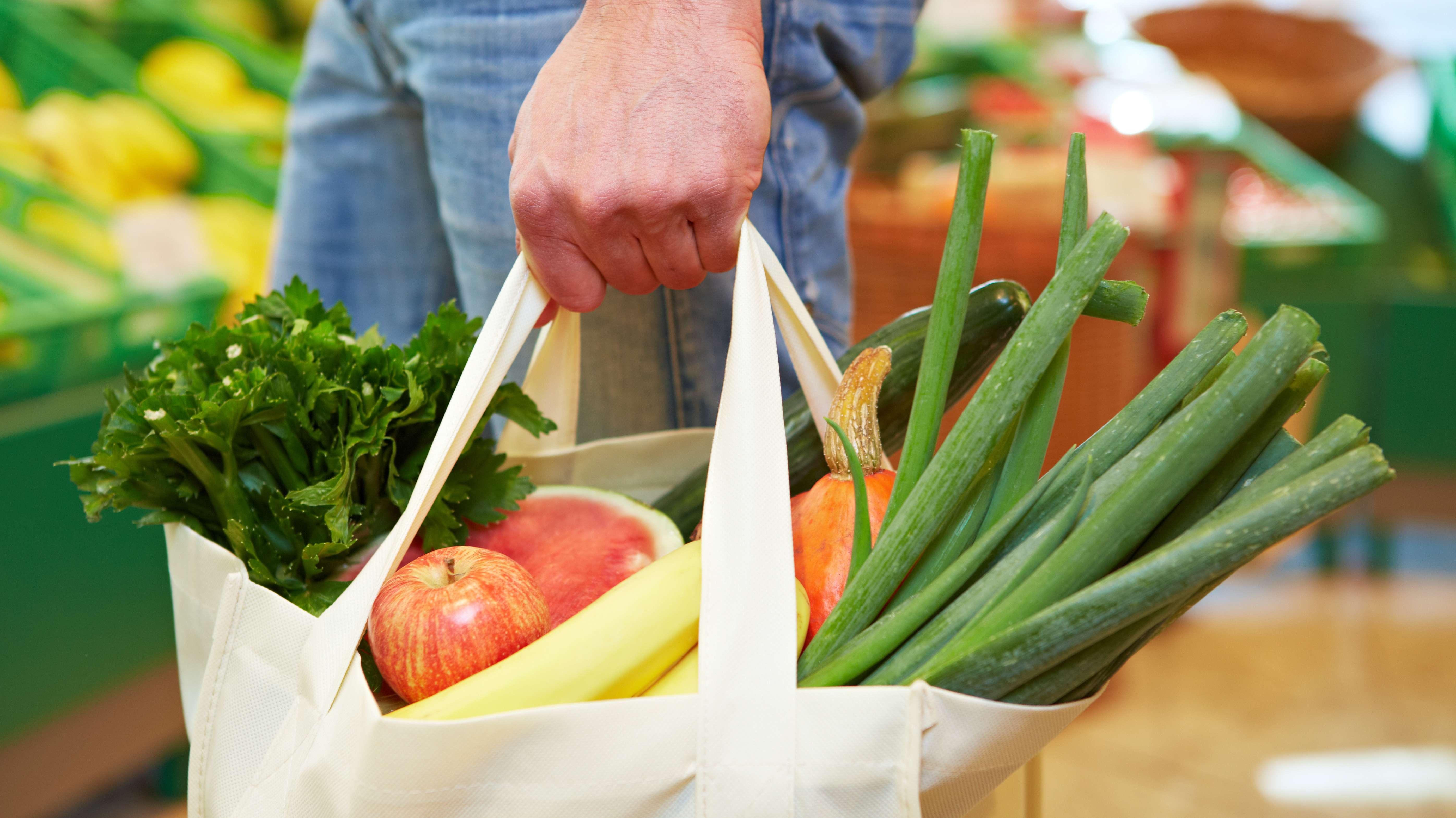 Eine Einkaufstasche gefüllt mit Lebensmitteln