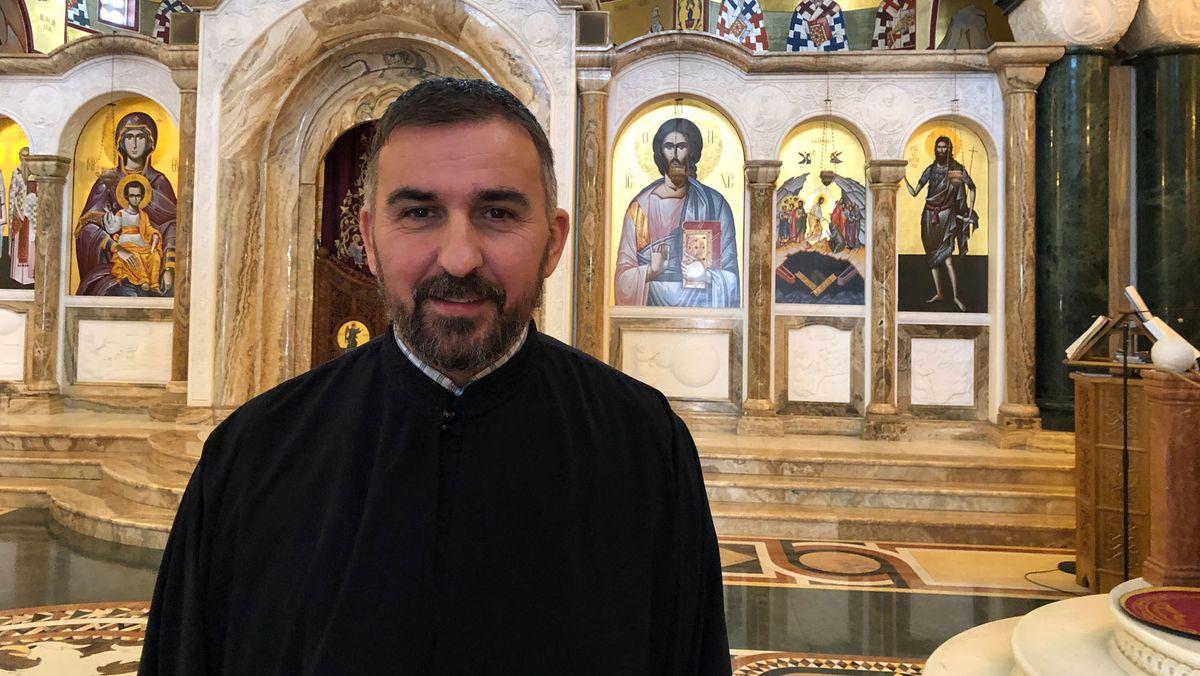 Ein Priester in seiner Kirche