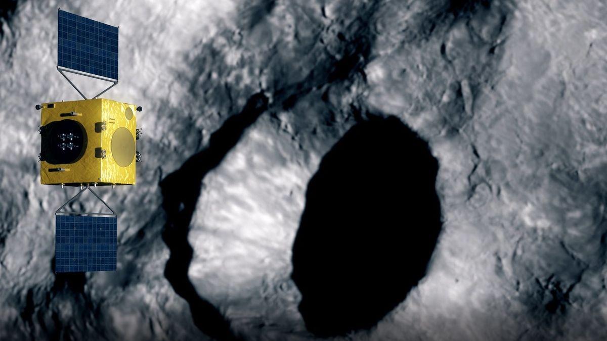 Raumsonde HERA fliegt über Krater auf einem Asteroiden.