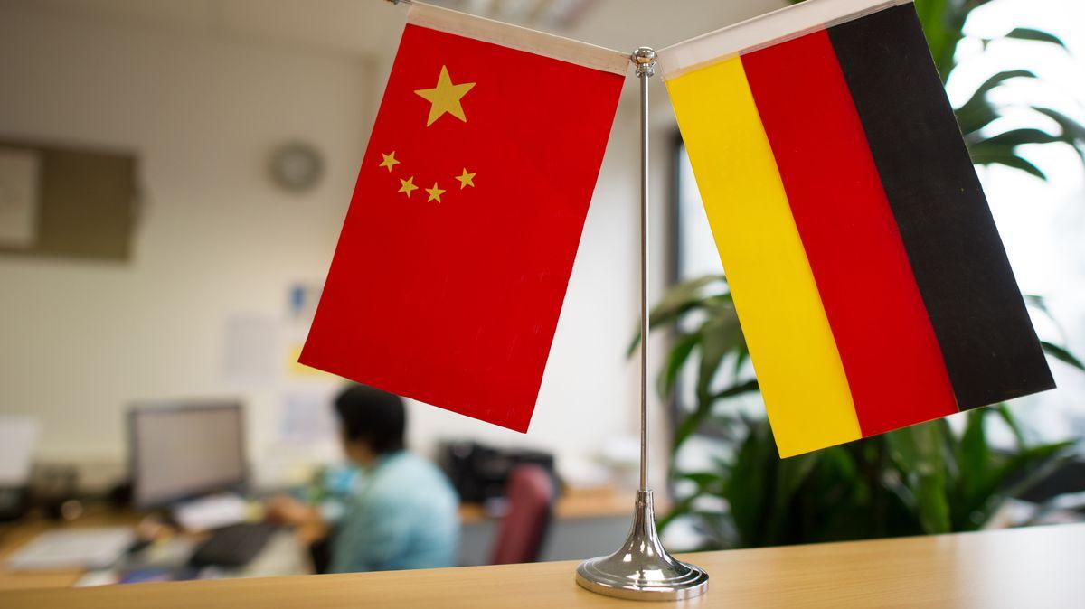 Ein China- und ein Deutschlandfähnchen im Sekretariat eines deutschen Konfuzius-Instituts.